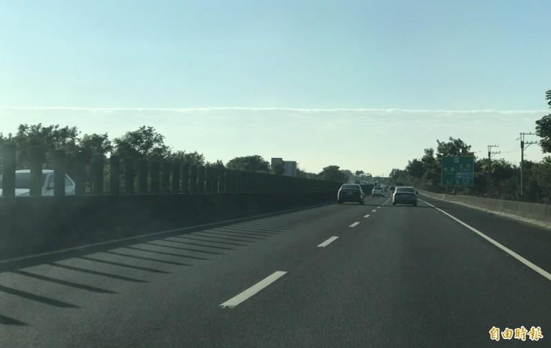 雲層形成的天際線,久久不散。(記者楊金城攝)
