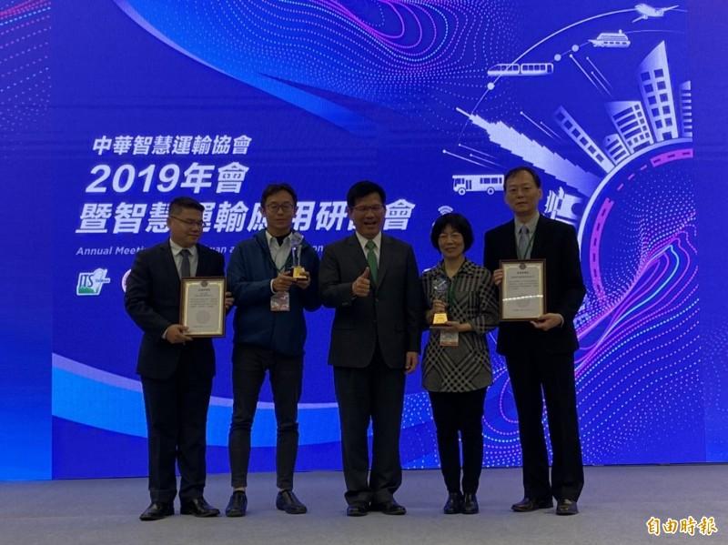 交通部長林佳龍今天出席2019年會暨智慧運輸應用研討會頒發獎今年智慧運輸獎項。(記者蕭玗欣攝)