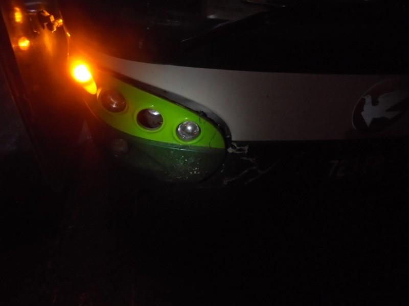 營業大客車撞上闖越國道的機車。(記者蔡宗勳翻攝)
