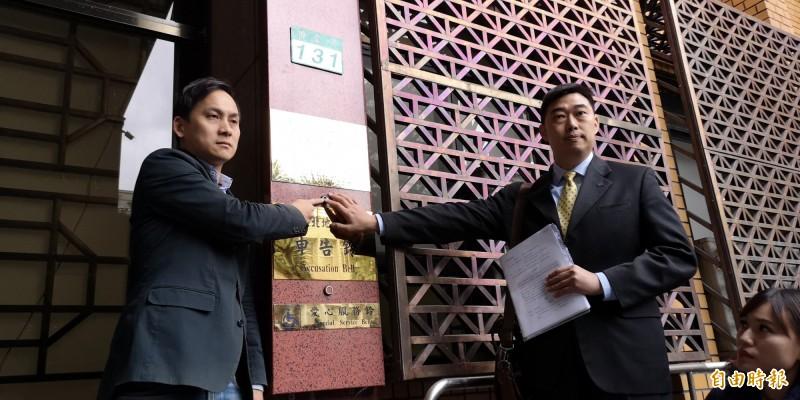 韓國瑜競選辦公室發言人葉元之(左)今偕同律師葉慶元,赴台北地檢署控告黃國昌違反選罷法。(記者黃捷攝)