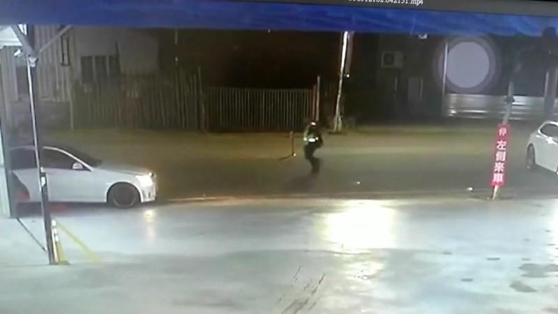 警察跑步衝向轎車。(圖擷取自監視器畫面)