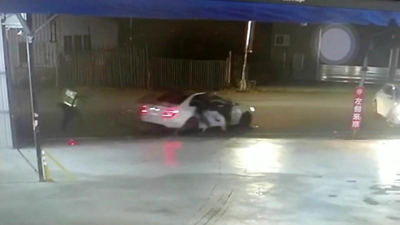 對方不理會警察攔阻,丟下受傷的李男,開車揚長而去。(圖擷取自路口監視器)