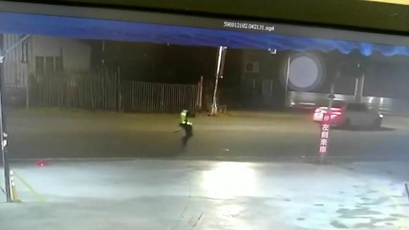 警方對空鳴槍制止民眾開車逃離。(圖擷取自監視器畫面)
