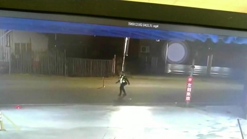 警方對空鳴槍制止民眾押人並開車逃離。(圖擷取自監視器畫面)