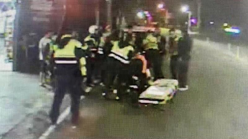 消防人員搶救鬥毆掛彩的傷患。(圖擷取自監視器)
