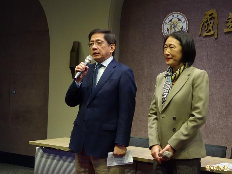 台灣大學校長管中閔(左)與台大副校長周家蓓(右)表示,因香港反送中,這波有489名學生申請來台大訪問1個月,今起開始報到至本週五完成,預計可能有8成人會來上課。(記者吳柏軒攝)