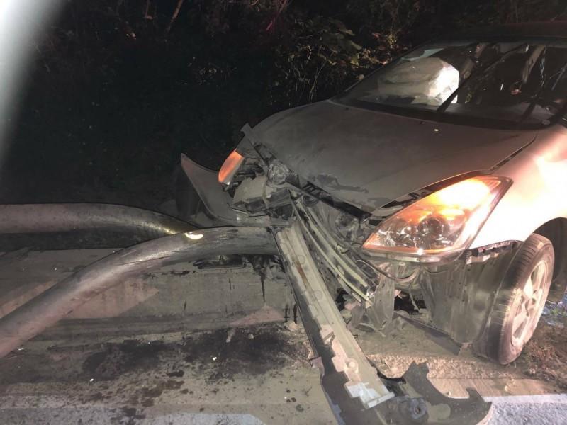 一輛轎車日前深夜在南迴公路森永山區路段自撞護欄起火,幸被警及時持滅火器,迅速將火撲滅。(記者黃明堂翻攝)