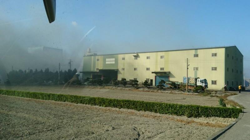 今天下午2點32分左右,彰化縣福興鄉1家木材工廠,突然竄出火苗,濃煙密佈,場景驚悚。(圖民眾提供)