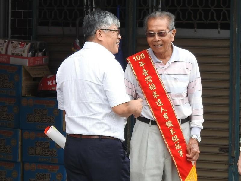 今年9月獲全國有機米王的池上老農謝美國,再奪得日本金賞大獎。(記者黃明堂翻攝)