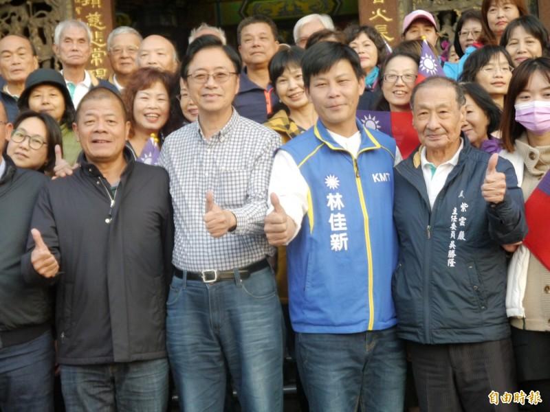 國民黨副總統候選人張善政(左二)力挺林佳新(右二)。(記者張軒哲攝)