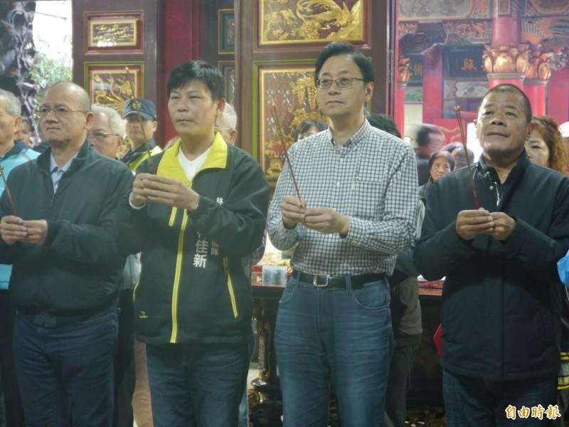 副總統參選人張善政(右二)參拜清水紫雲巖。(記者張軒哲攝)