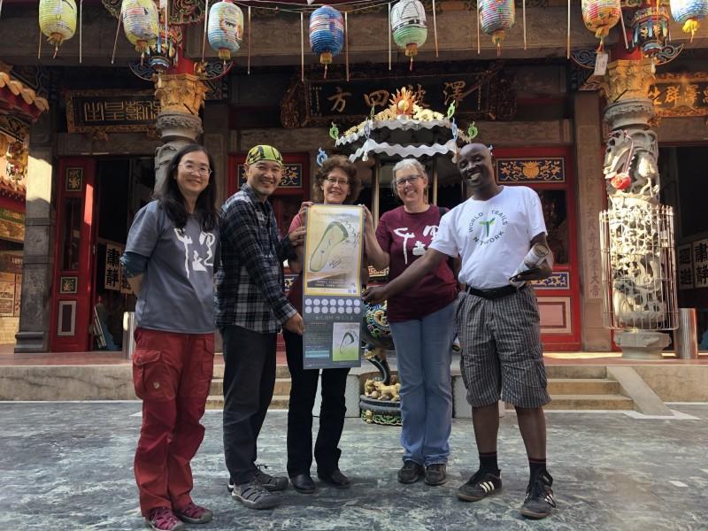 美國北卡州立公園的步道規劃師Smith Raynor(右二)、副主任Carol Tingley(右三),以及IUCN-旅遊與保護區專家Kambona Oscar Ouma(右一)三人受邀來台南參訪國家綠道。(台南社大台江分校提供)