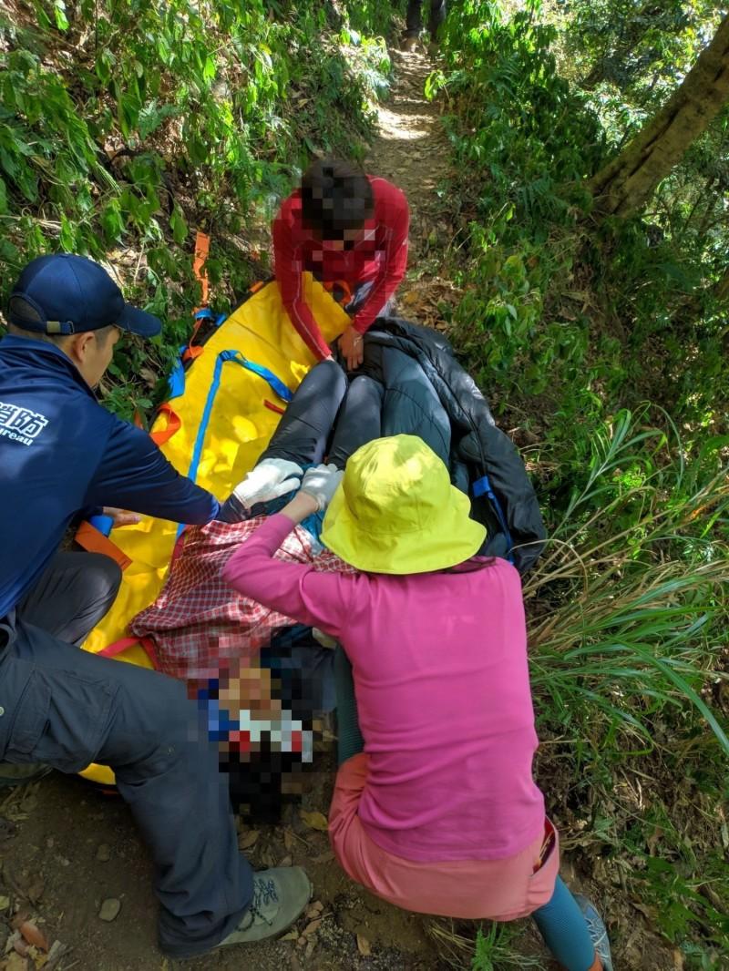 「千人洞」附近女山友墜谷受傷,消防隊救援。(記者蔡宗勳翻攝)