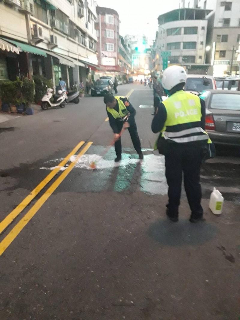 男子當街持槍朝自己頭部開槍,警方獲報處理現場。(記者洪臣宏翻攝)