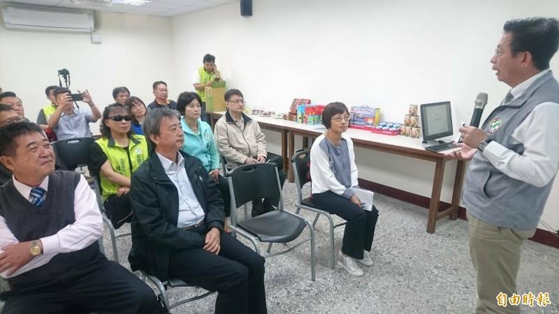立委郭國文(右一)、漁業署副署長王正芳(前左二)參觀日寶食品加工廠並和業界座談。(記者楊金城攝)