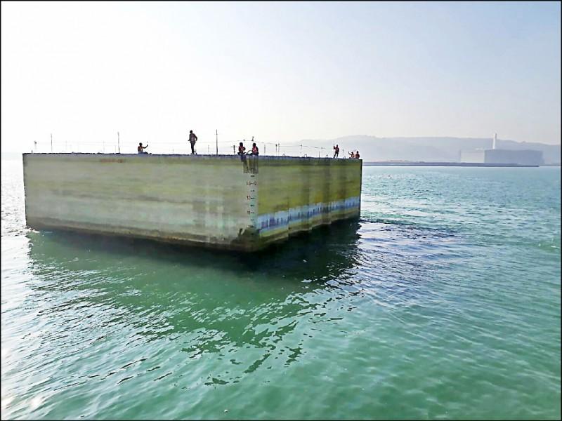 中油觀塘氣接站工程昨在台北港區進行預製沉箱作業,疑因錯估海底深度,導致沉箱沉入海底,造成七名工人落海;圖為發生意外的同款沉箱。(記者王宣晴翻攝)