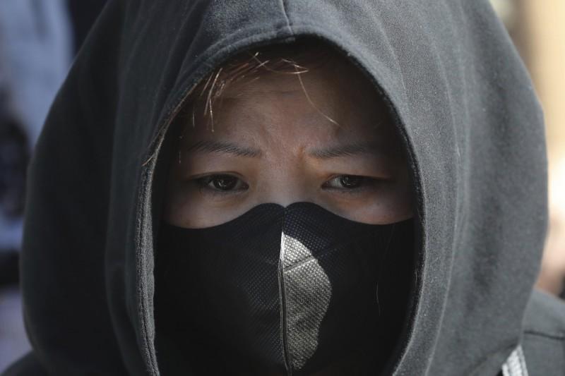 反送中示威導致多間香港大學取消畢業典禮,一名女性大學畢業生感嘆,自己人生的重要時刻總是被迫中斷。在香港,1997年出生的人都有相似的經驗。(美聯社)