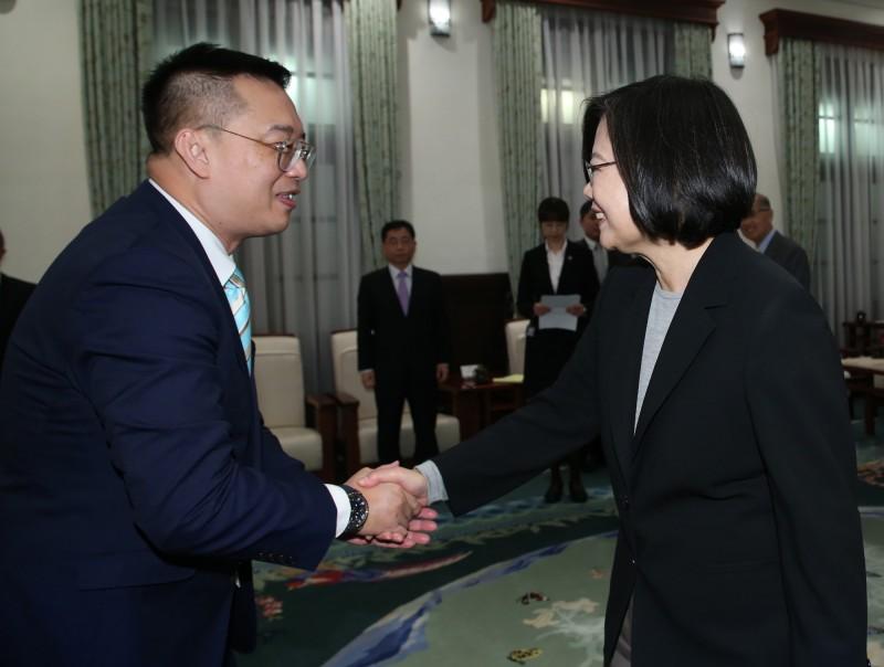 總統蔡英文(右)2日在總統府,接見即將離任的新加坡駐台北商務辦事處代表黃偉權(左),兩人握手致意;蔡總統表示,黃偉權是新南向政策的見證者也是最好夥伴,盼未來台灣與新加坡關係愈來愈好。(中央社)