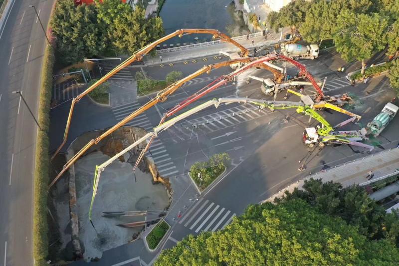 中國廣州市發生道路塌陷,不料,官方未先救人卻先填水泥,惹眾怒。圖為空拍現場。(圖擷取網路)