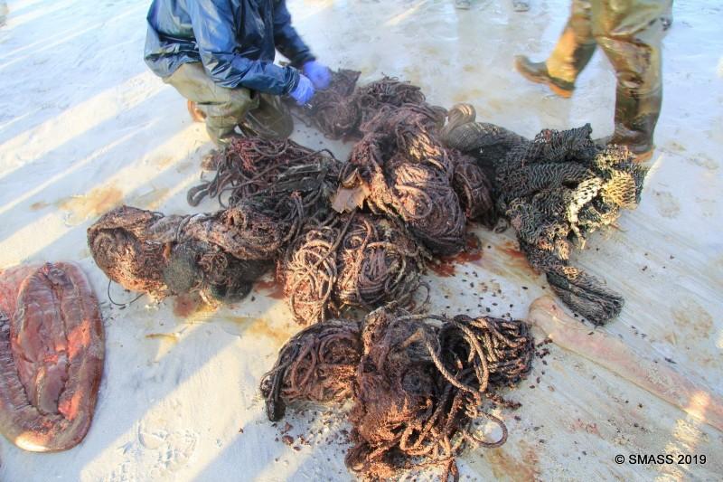 重達100公斤的垃圾球中包含繩索與漁網。(圖擷取自SMASS臉書貼文)