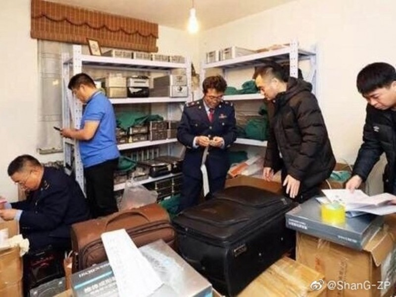 內蒙古自治區包頭市市場監督管理局現場查扣非法走私醫療器材。(翻攝自微博)