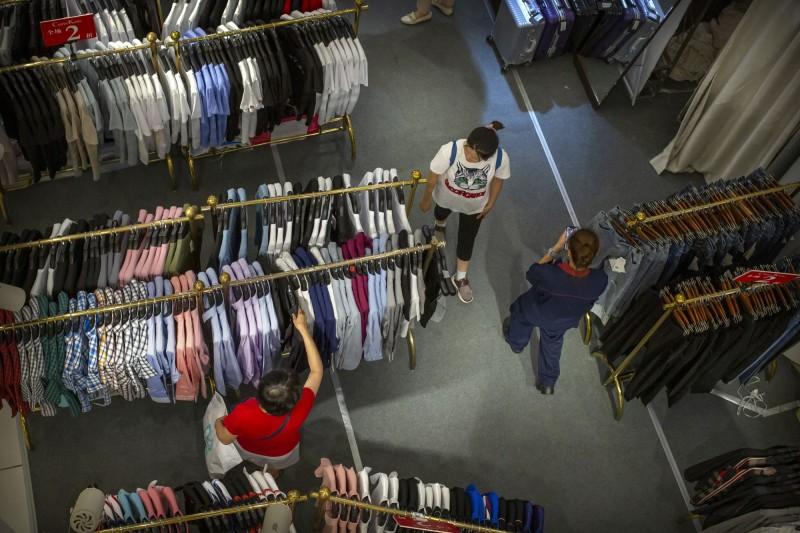 網傳購買二手衣恐得鼠疫,呼籲大眾別在淘寶購物。查核中心出面闢謠,認定這是一則「錯誤訊息」。(示意圖,美聯社檔案照)