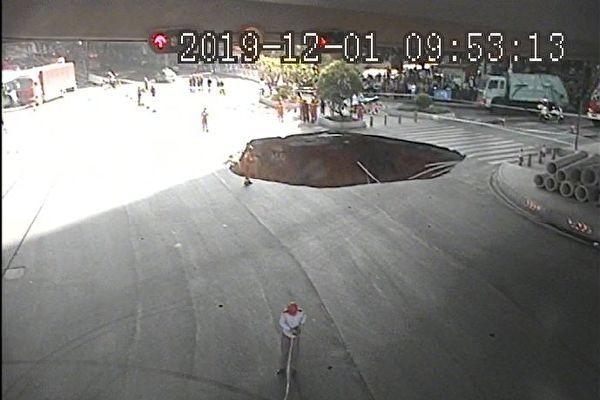 中國廣州市發生道路塌陷,不料,官方未先救人卻先填水泥,惹眾怒。圖為廣州交警微博圖片(圖擷取網路)