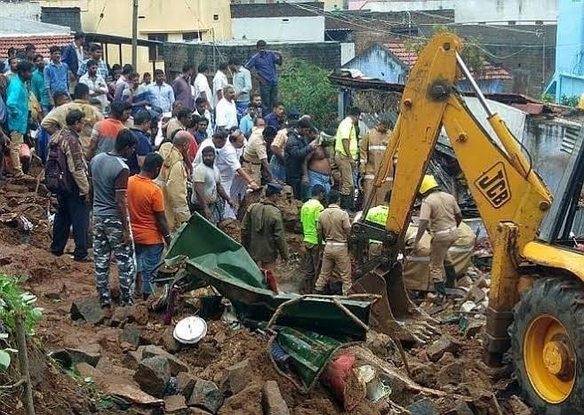 坦米爾納杜邦一處房屋的複合牆今(2)日因大雨倒塌,導致4個家庭至少17人被活埋致死。(圖取自推特)