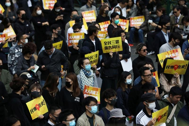 香港廣告界人士發起連5日罷工,並在今中午於遮打花園舉辦集會,估計有1500人參與。(路透)