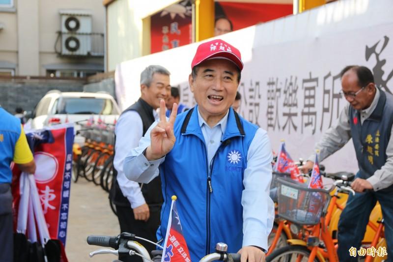 前立法院長王金平昨陪立委陳超明,騎著公共自行車掃街竹南鎮,被問到未來是否輔選韓國瑜,王金平表示尚無此計畫。(記者鄭名翔攝)