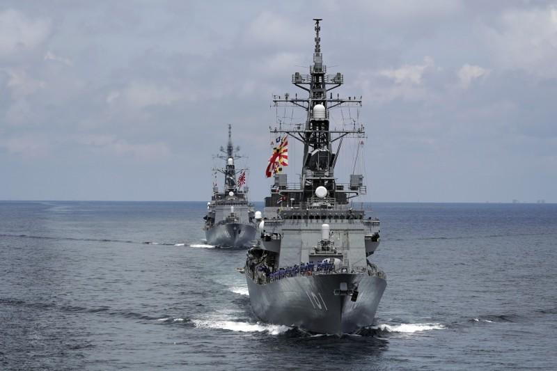 日本政府擬最快在今年底通過內閣會議,派遣自衛隊前往中東執行巡航任務。圖為日本村雨型護衛艦。(美聯社)