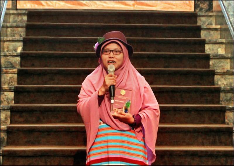 在香港工作10年的印尼籍移工尤麗疑因支持香港反送中運動而被扣押近一個月,今天被遣返印尼。(取自網路)
