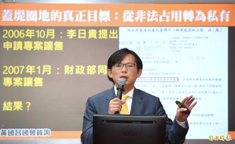 黃國昌(見圖)認為,韓國瑜別因濫權往事被掀開而惱羞成怒,要緊的是趕快出來辯論。(記者方賓照攝)
