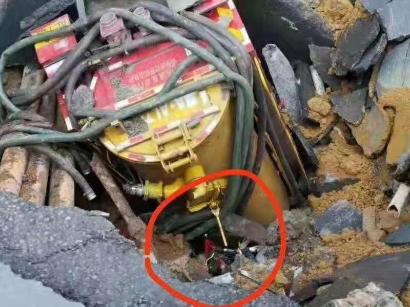 中國廣州市發生道路塌陷,不料,官方未先救人卻先填水泥,惹眾怒。圖為稱是失蹤人家屬提供掉入坑洞中,仍可見頭部,官方卻沒有立即救援。(圖擷取網路)