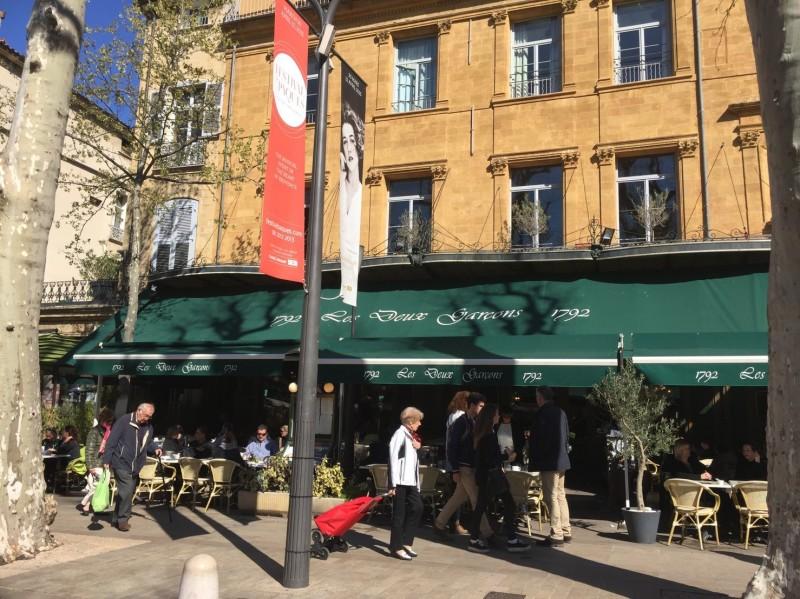 繼「世界最美小鎮」奧地利哈修塔特(Hallstatt)11月30日傳出4棟建築物遭到嚴重燒毀後,在法國擁有百年歷史、深受「現代藝術之父」塞尚(Paul Cézanne)喜愛的「兩個男孩咖啡館」(Café Les Deux Garçons)驚傳在同日(11月30日)清晨遭大火吞噬,雖動員大批消防隊員滅火,但整座咖啡廳內部仍嚴重損毀。(讀者提供)