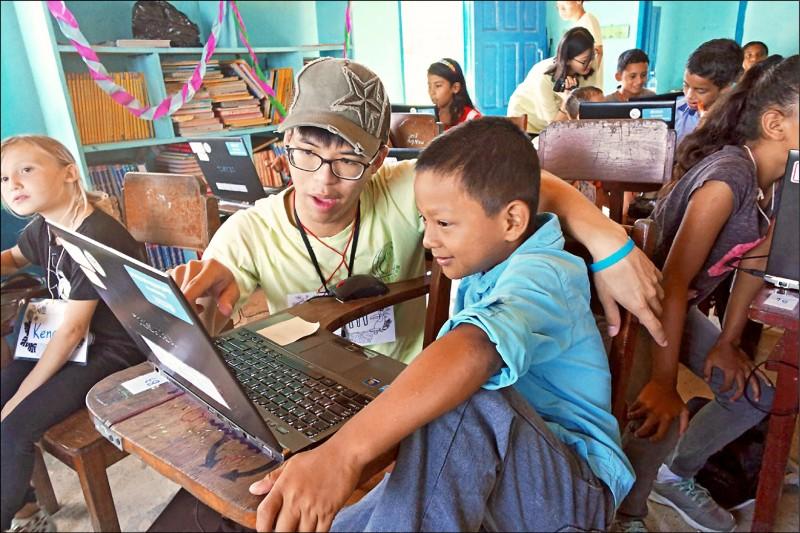清大國際志工團在貝里斯導偏鄉學童使用電腦,更募集送出500台二手電腦、24片太陽能板。(圖:清大提供)