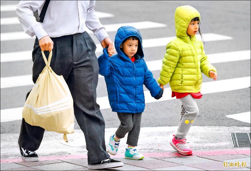 中央氣象局指出,入冬首波大陸冷氣團南下,昨天北台灣愈晚愈冷,氣溫一路下降,入夜到今晨為此波冷氣團威力最強時候,中部以北將出現12、13度低溫。 (記者廖振輝攝)