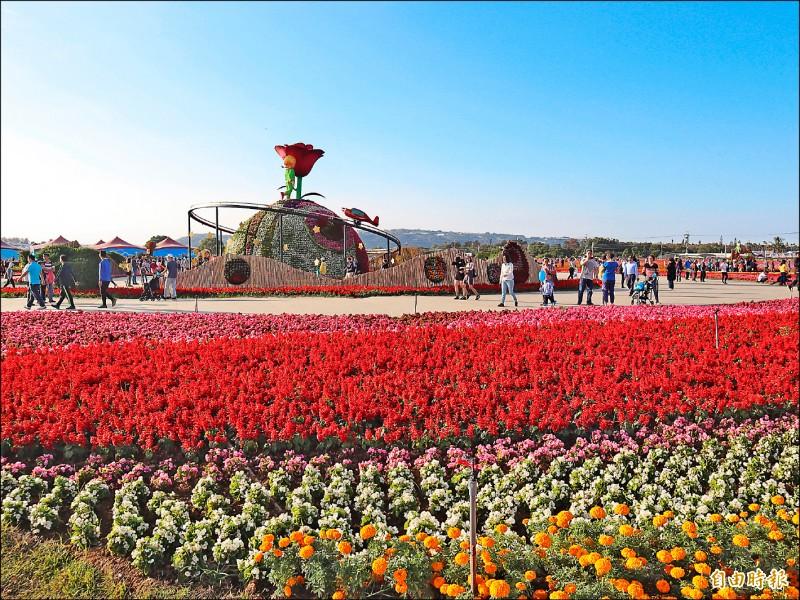台中國際花毯節今年重新與新社花結合,主裝置「玫瑰星球」成拍照打卡焦點。(記者歐素美攝)