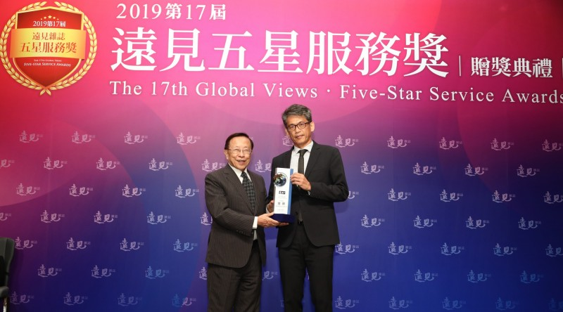 高捷總經理張修齊(右)代表高捷團隊接受表揚。(遠見提供)