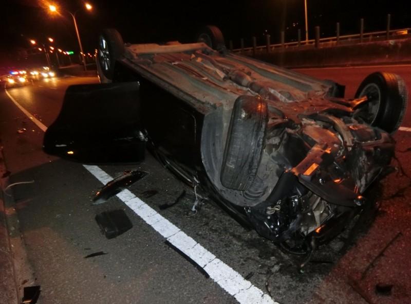 一輛由廖姓男子駕駛的自小客車,今天凌晨在台74線快速道路疑似出現車輪卡死自撞護欄,不但車頭撞爛,還四輪朝天翻車。(記者陳建志翻攝)