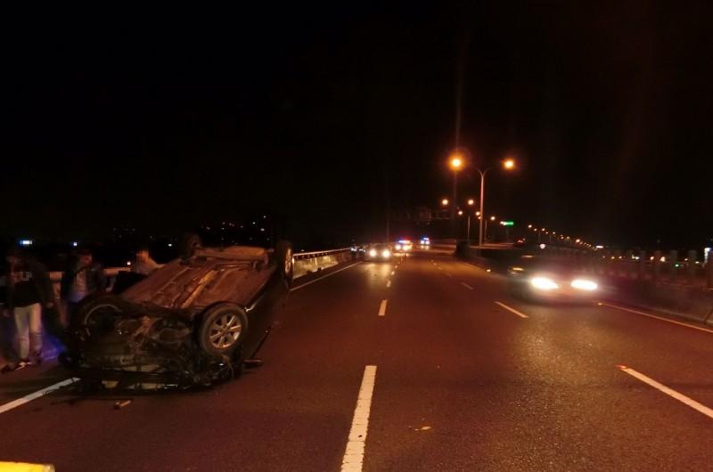 一輛由廖姓男子駕駛的自小客車,今天凌晨在台74線快速道路自撞護欄翻車,所幸車上4人僅輕傷。(記者陳建志翻攝)