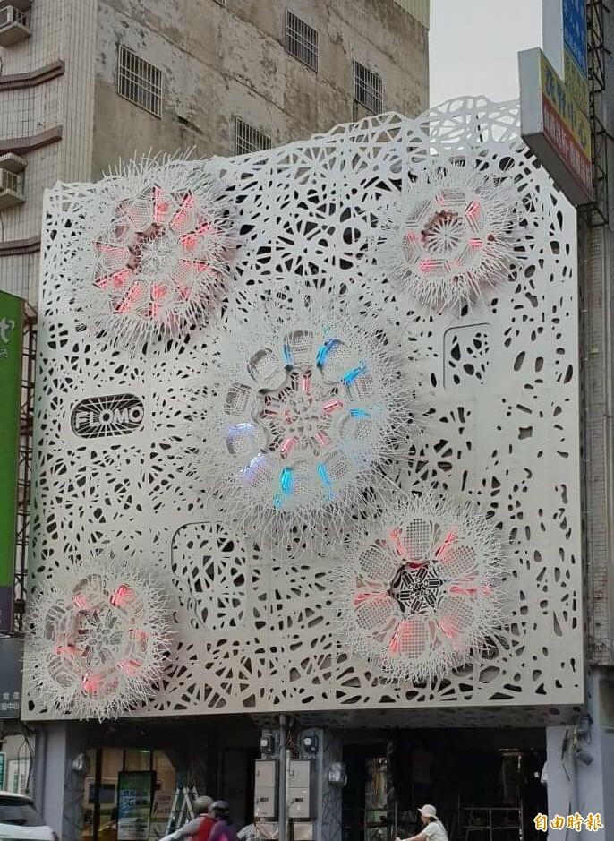 台南市西門路富樂夢集團門口的「照亮夢想」裝置藝術,可看到書包、橡皮擦等圖案,成當地打卡新地標。(記者劉婉君攝)