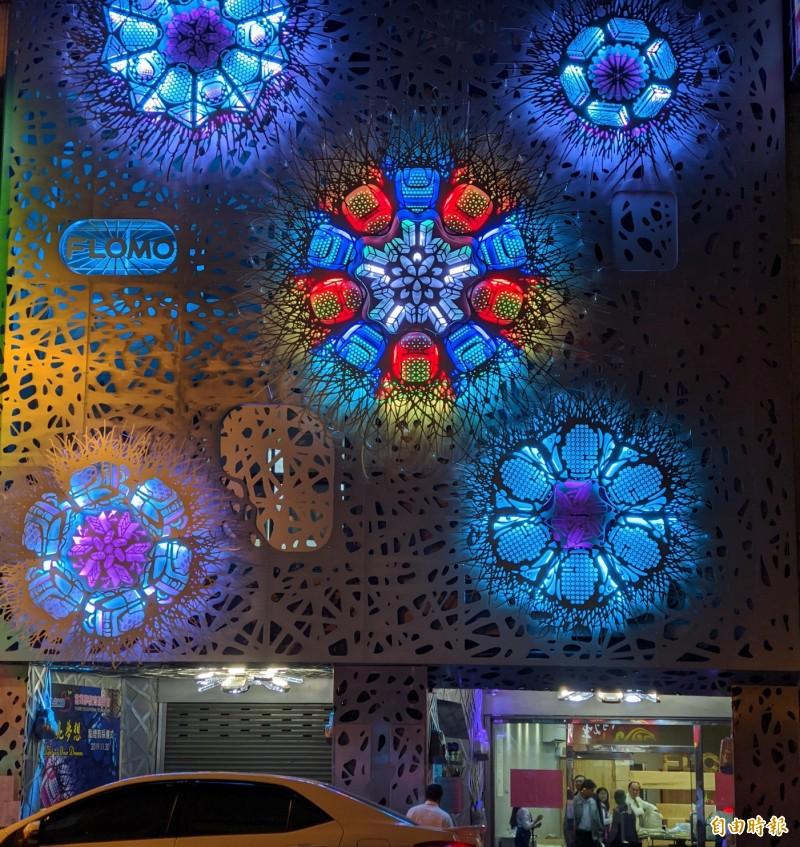 台南市西門路富樂夢集團門口的「照亮夢想」裝置藝術,成當地打卡新地標。(記者劉婉君攝)
