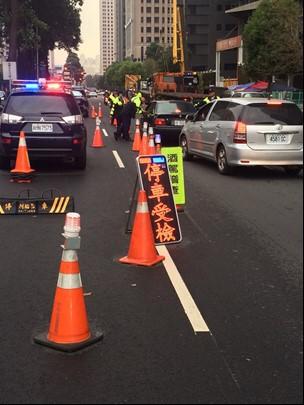 中市警方白天也設酒駕路檢點取締「宿醉」酒駕。(記者許國楨翻攝)