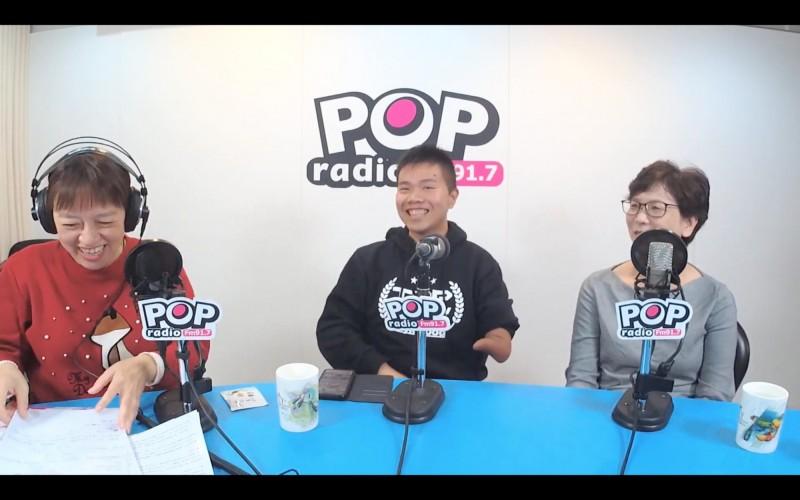 台灣民眾黨不分區候選人蔡壁如(左一)、詹翔欽(左二)今天接受電台專訪。(翻攝自《POP 搶先爆》)