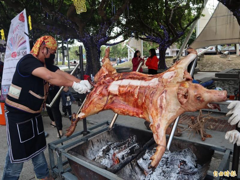 布農族烤全豬是知名原民特色美食。(記者歐素美攝)