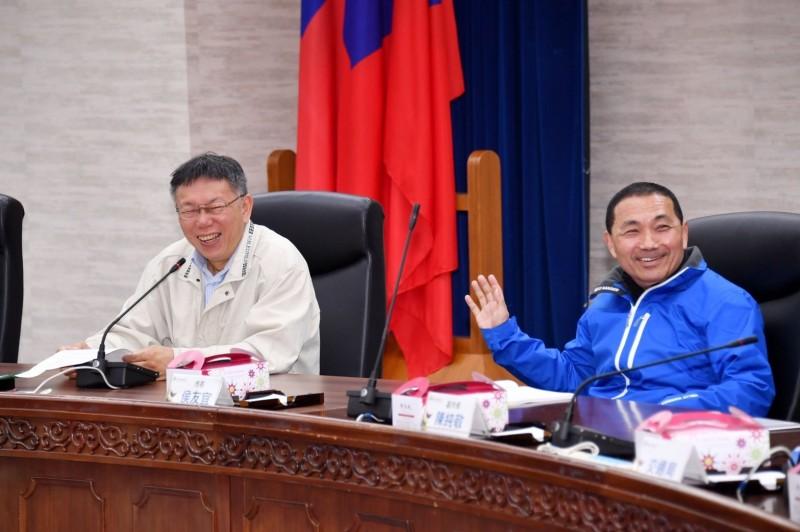新北市長侯友宜與台北市長柯文哲昨天出席雙北合作會議,會前一起共進午餐吃便當。(新北市研考會提供)