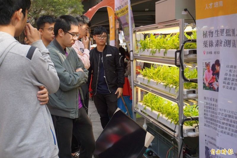 虎尾科技大學舉辦「高教深耕計畫」展,展示跨域實作、場域實踐,落實人才培育及在地連結成果。(記者詹士弘攝)
