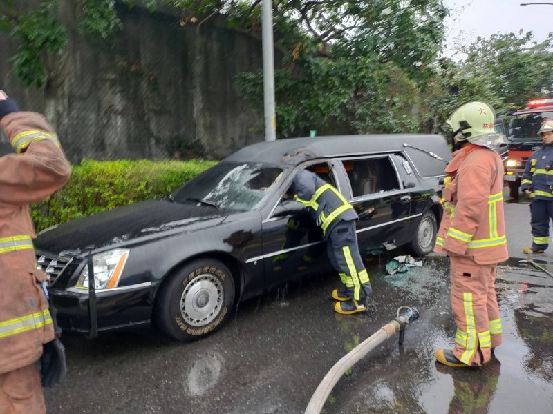 消防人員確認靈車是否還有起火危險。(記者徐聖倫翻攝)
