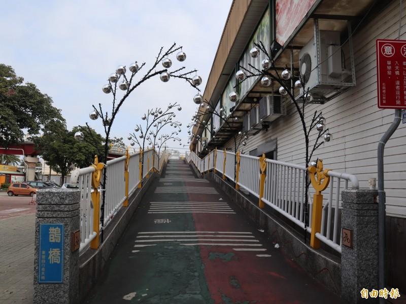 石岡區公所配合宣傳2020台灣燈會在台中,在情人木橋銜接東豐綠廊自行車道的跨橋「鵲橋」,上方點綴許多燈飾。(記者歐素美攝)